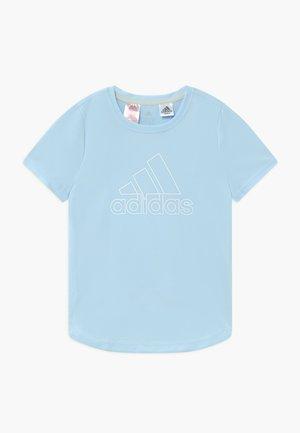 TEE - T-shirt z nadrukiem - skytin/white