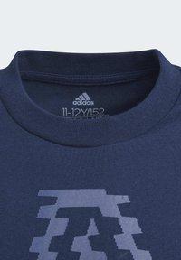 adidas Performance - ADIDAS ATHLETICS CLUB GRAPHIC T-SHIRT - T-shirt imprimé - blue - 2