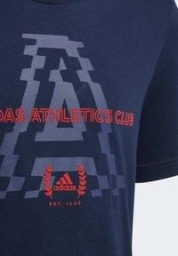 adidas Performance - ADIDAS ATHLETICS CLUB GRAPHIC T-SHIRT - T-shirt imprimé - blue - 4