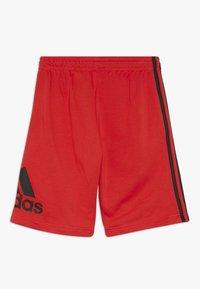 adidas Performance - YOUNG BOYS MUST HAVE SPORT 1/4 SHORTS - Pantaloncini sportivi - vivred/black - 1