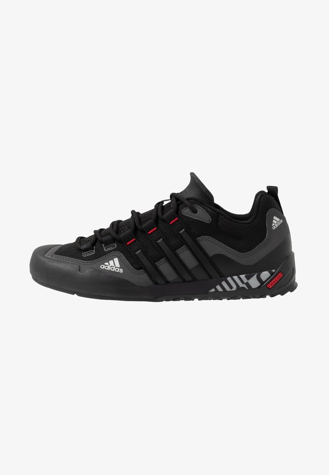 TERREX SWIFT SOLO - Trekingové boty - grey six/core black/scarlet