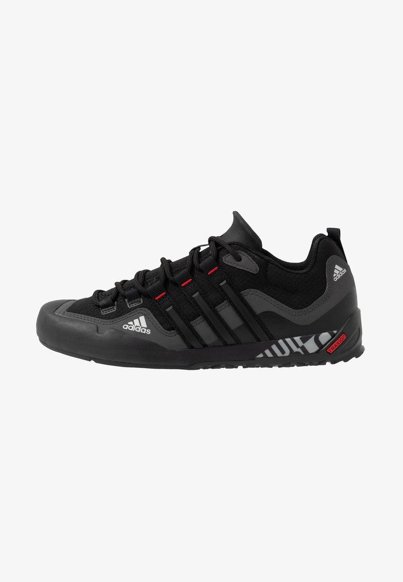 adidas Performance - TERREX SWIFT SOLO - Buty wspinaczkowe - grey six/core black/scarlet