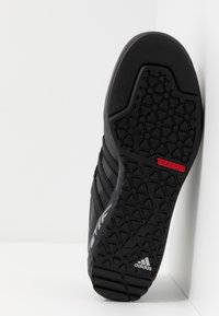 adidas Performance - TERREX SWIFT SOLO - Buty wspinaczkowe - grey six/core black/scarlet - 4