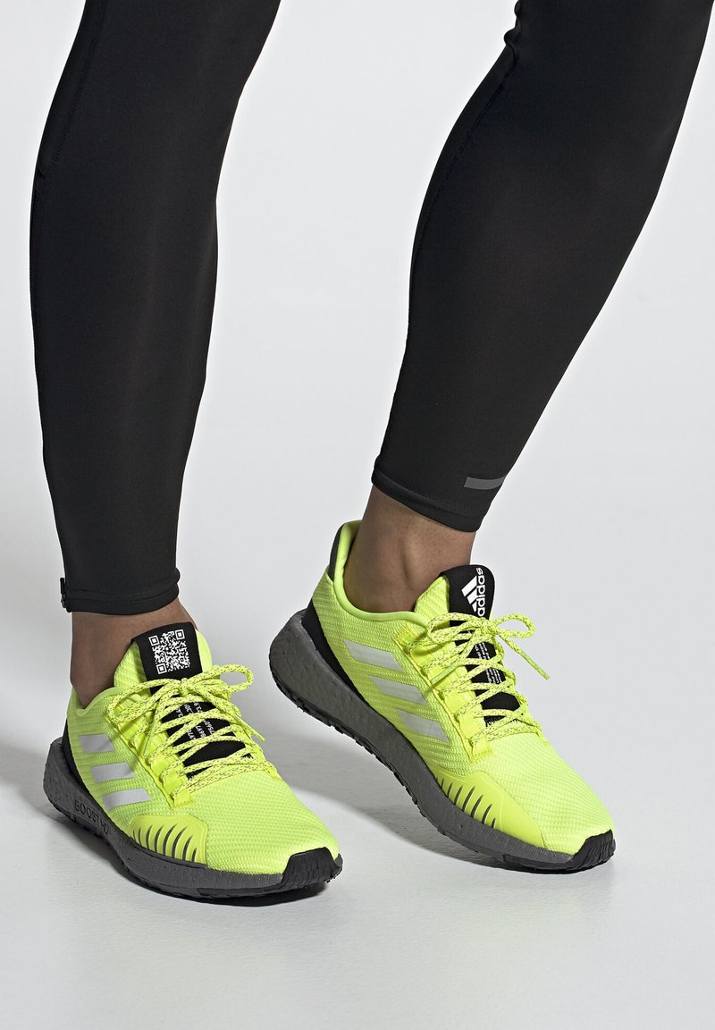 adidas Performance - PULSEBOOST HD WINTER SHOES - Joggesko - yellow