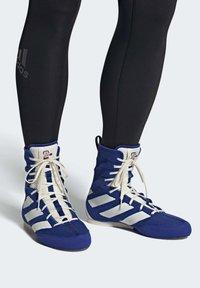 adidas Performance - BOX HOG 3 SHOES - Sneakersy wysokie - blue - 0