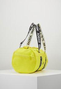 adidas Performance - 4ATHLTS ESSENTIALS 3STRIPES SPORT DUFFEL BAG - Sportovní taška - shock yellow/white/black - 3