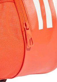 adidas Performance - Convertible 3-Stripes Duffel Bag Small - Sportväska - orange - 5