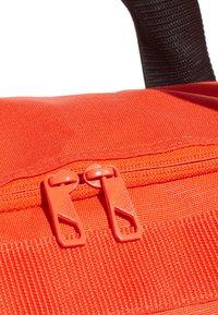 adidas Performance - Convertible 3-Stripes Duffel Bag Small - Sportväska - orange - 6
