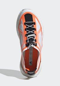 adidas by Stella McCartney - 2020-03-02 PULSEBOOST HD SHOES - Løpesko for mark - white - 2