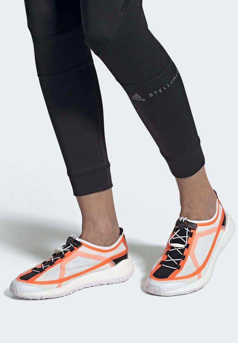 adidas by Stella McCartney - 2020-03-02 PULSEBOOST HD SHOES - Løpesko for mark - white