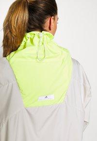 adidas by Stella McCartney - Vindjakke - tan/neon green - 4