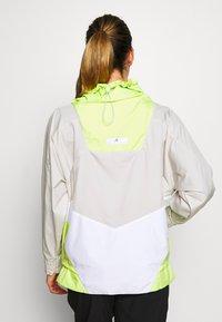 adidas by Stella McCartney - Vindjakke - tan/neon green - 2