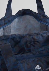 adidas by Stella McCartney - LARGE TOTE - Sportväska - blue/black/white - 4
