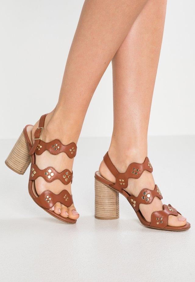 Korolliset sandaalit - cognac
