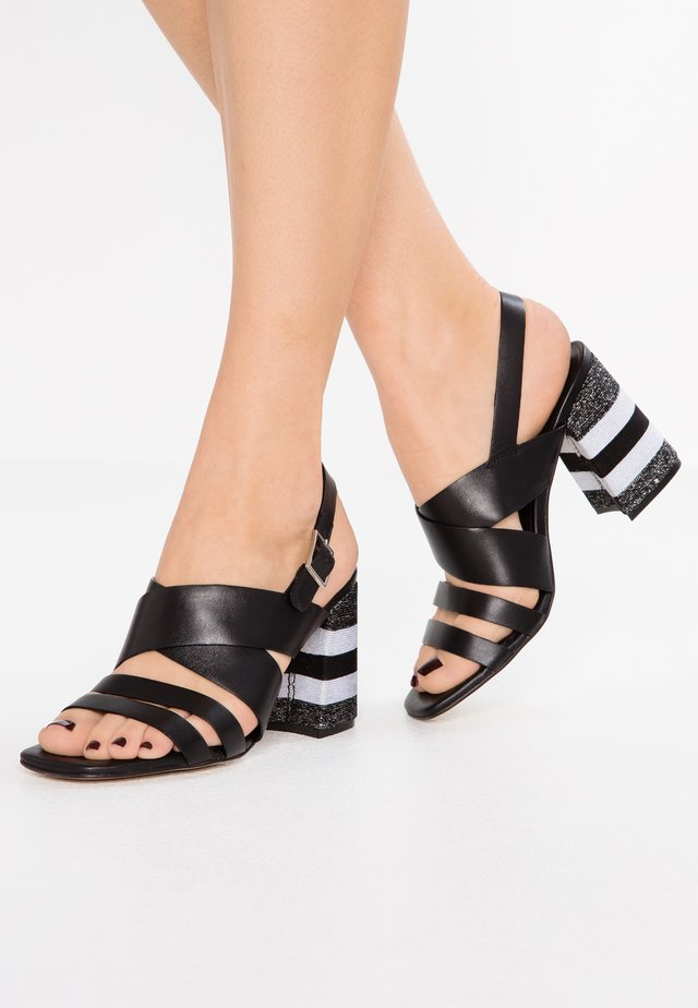 Korolliset sandaalit - nero