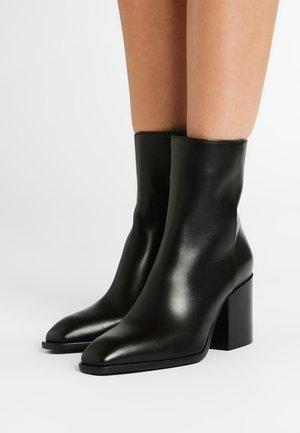 LEANDRA - Korte laarzen - black