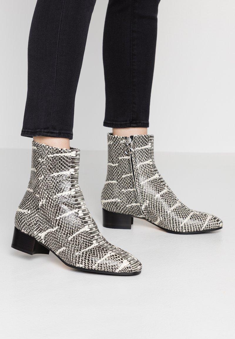 Aeyde - Cowboy/biker ankle boot - black/white