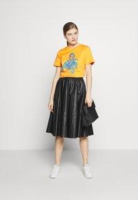Alberta Ferretti - LEO - T-shirt imprimé - orange - 1