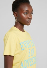 Alberta Ferretti - EVERYDAY - T-shirt z nadrukiem - yellow