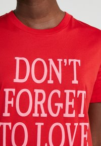 Alberta Ferretti - DONT FORGET LOVE - Print T-shirt - red