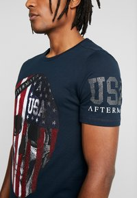 AFTERMATH - WITH USA PRINT  - T-shirt con stampa - navy - 4