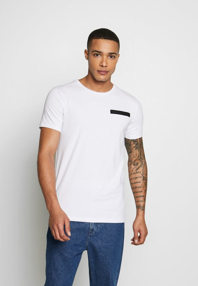 WITH CROSS BACK  - T-shirt med print - white