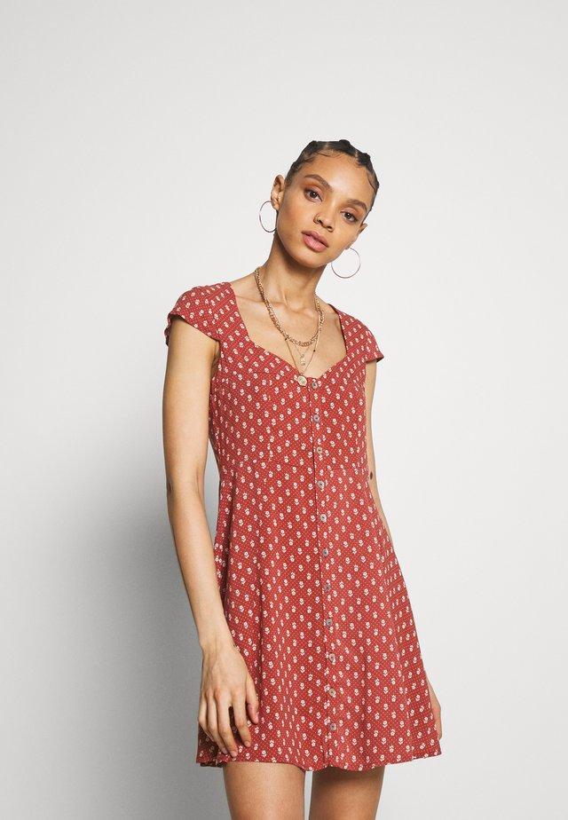 TESS - Skjortklänning - scarlet
