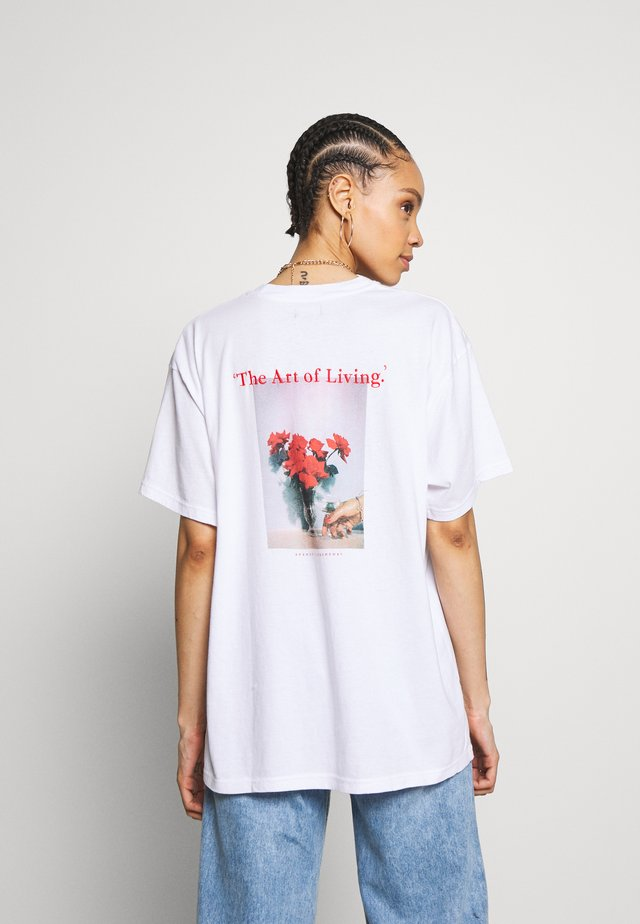 ART OF LIVING - T-shirt med print - white