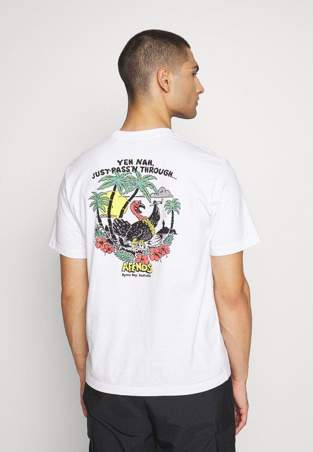 UNISEX JUST PASSING THRU TEE - T-shirt imprimé - white