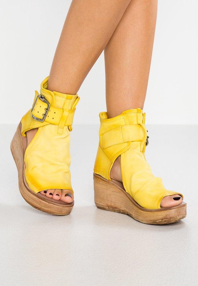 Korkeakorkoiset sandaalit - sun