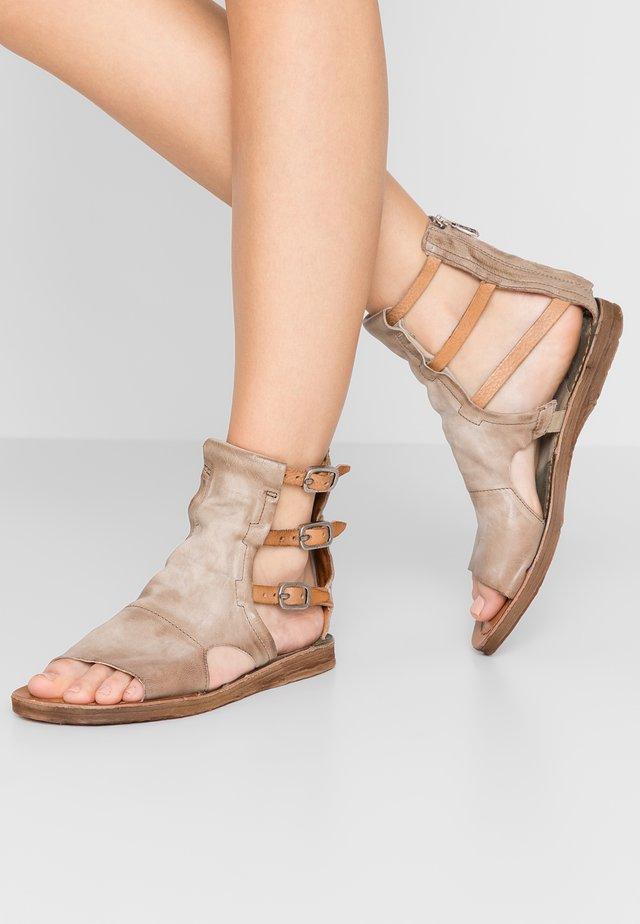 Varrelliset sandaalit - cartone