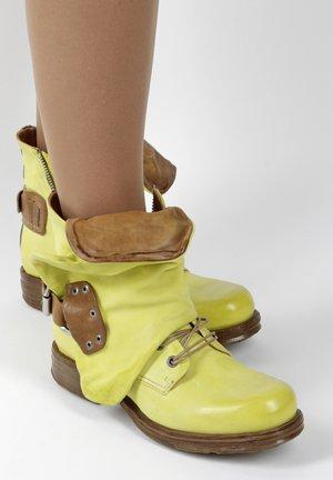Cowboy/biker ankle boot - yellow