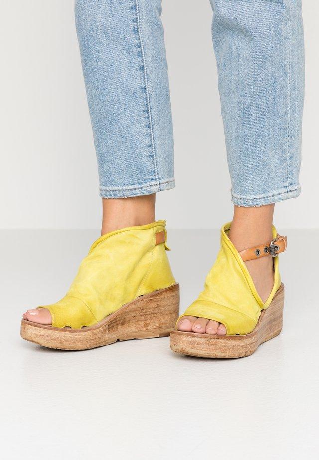 Korkeakorkoiset sandaalit - cedro/natur