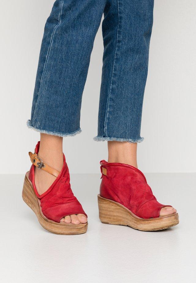 Korkeakorkoiset sandaalit - blood