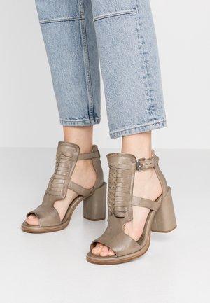 Sandály na vysokém podpatku - africa
