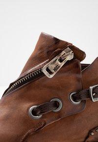 A.S.98 - Biker-/cowboynilkkurit - calvados - 2