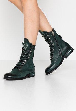 Šněrovací kotníkové boty - balsamic