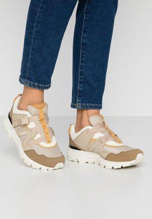 EVOTEN  - Sneakers basse - beige/white