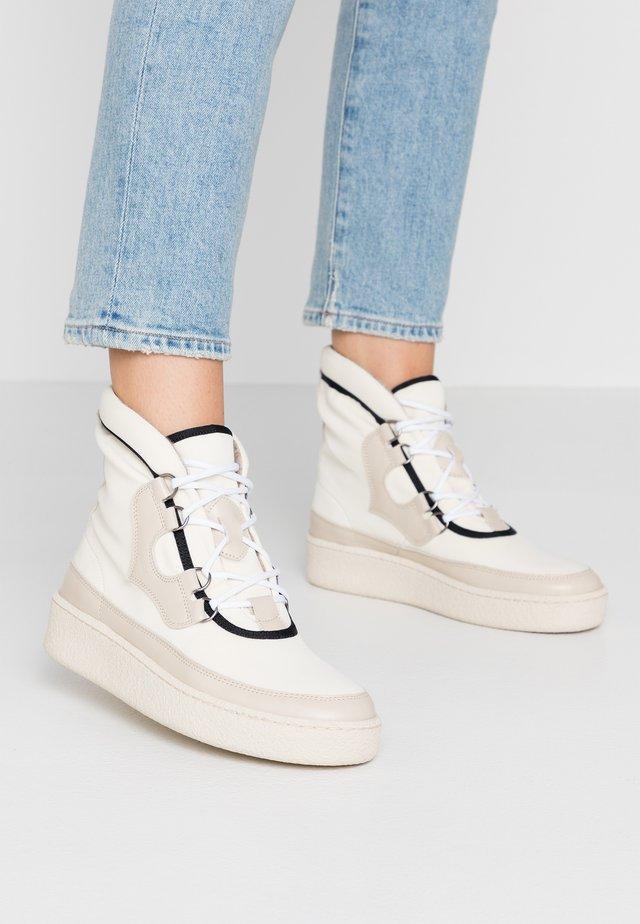 SKILON HIGH - Kotníkové boty na platformě - offwhite