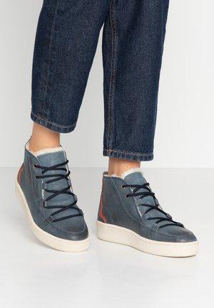 ORMEA MID - Kotníkové boty na platformě - darknavy/safran