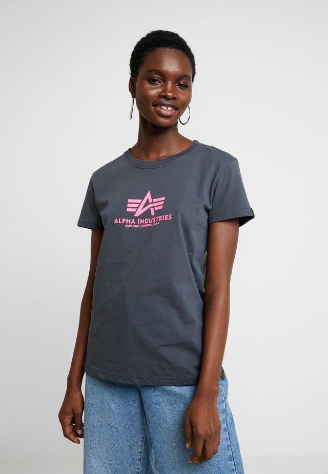 NEW BASIC - T-shirt z nadrukiem - grey black/neon pink