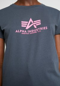 Alpha Industries - NEW BASIC - T-shirt imprimé - grey black/neon pink - 5