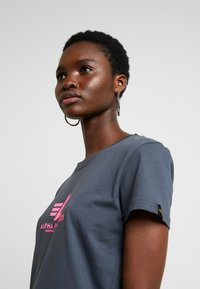 Alpha Industries - NEW BASIC - T-shirt imprimé - grey black/neon pink - 3