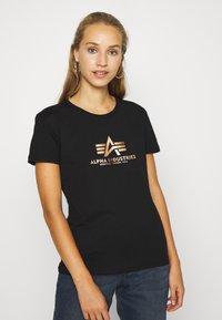 Alpha Industries - NEW FOIL - T-shirt print - black/gold - 0
