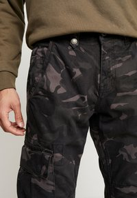 Alpha Industries - Pantalones cargo - black camo - 5