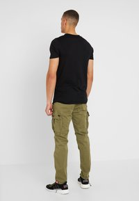 Alpha Industries - SQUAD - Cargobroek - olive - 2