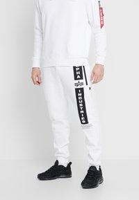 Alpha Industries - Pantalon de survêtement - white - 0