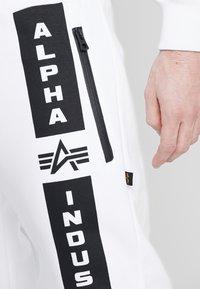 Alpha Industries - Pantalon de survêtement - white - 4