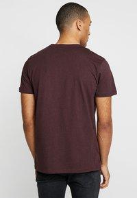 Alpha Industries - BASIC - T-shirts print - deep maroon - 2