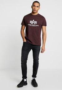 Alpha Industries - BASIC - T-shirts print - deep maroon - 1